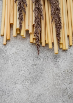 Tubes en bambou pour boire et lavande
