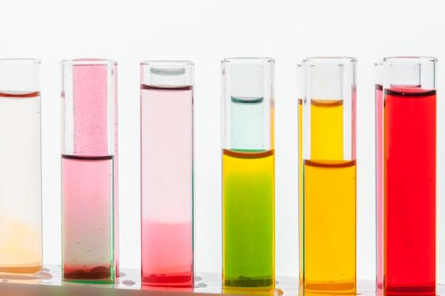 Tubes à essai chimiques de laboratoire en verre avec liquide pour analyse en gros plan
