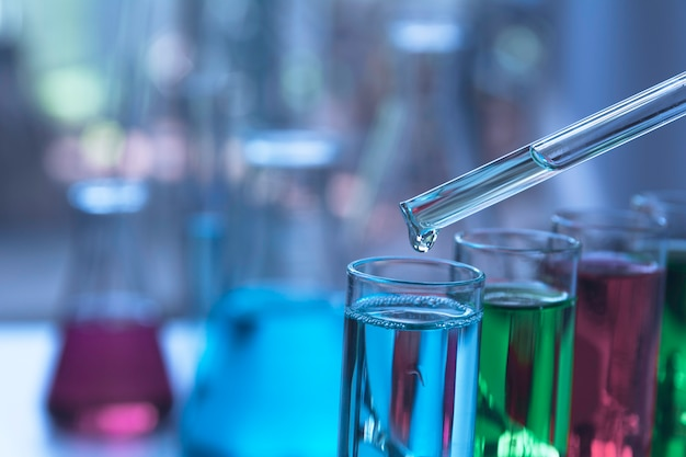 Tubes à essai chimiques de laboratoire en verre avec liquide pour analyse