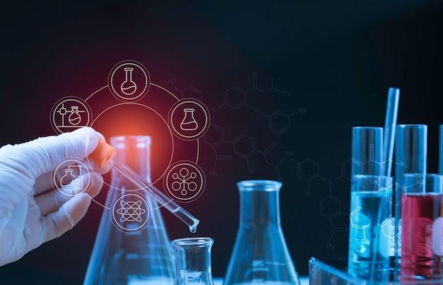 Tubes à essai chimiques de laboratoire en verre avec liquide pour concept de recherche analytique, médical, pharmaceutique et scientifique.