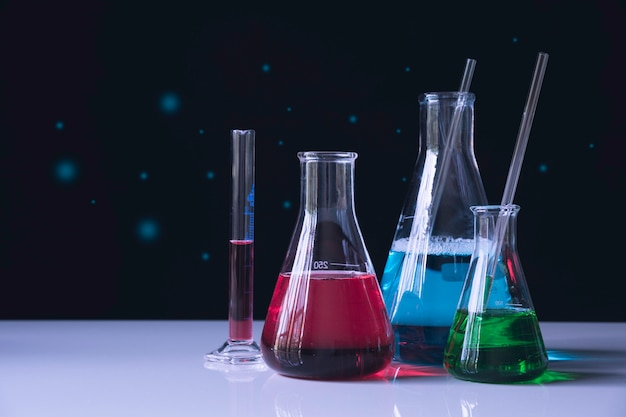 Tubes à essai chimiques de laboratoire en verre avec liquide