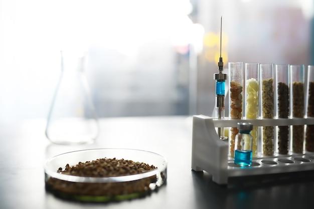 Tubes à essai avec des graines de plantes sélectionnées. recherche analysant les céréales et les semences agricoles en laboratoire