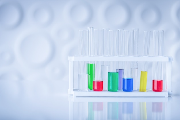 Tubes à essai avec produit chimique coloré sur la table. concept de chimie scientifique.