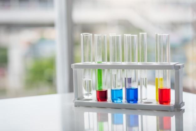 Tubes à essai avec produit chimique coloré sur la table