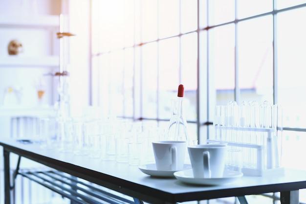 Tubes à essai avec verrerie de laboratoire sur la table en laboratoire, recherche et concept scientifique
