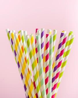 Tubes en papier à rayures multicolores pour boissons, cocktails. concept de fête, célébration, anniversaire.