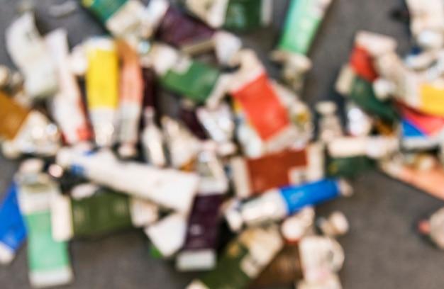 Tubes de peinture acrylliques vides dans un atelier d'art