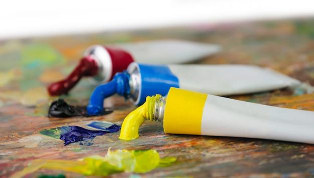 Tubes de peinture à l'huile colorée sur la palette d'artisit