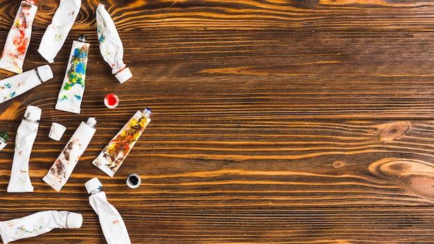 Tubes de peinture sur table