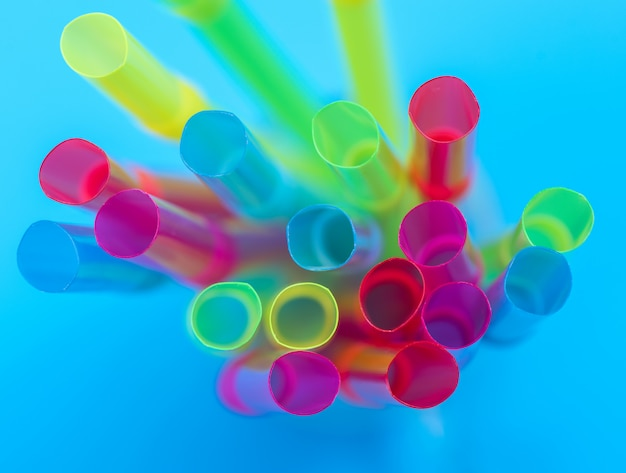 Tubes en plastique multicolores pour un cocktail