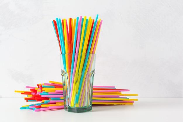 Tubules colorés pour jus et cocktails
