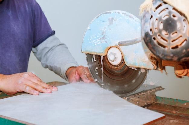 La tuile étant coupée sur une scie humide pour un ajustement parfait.