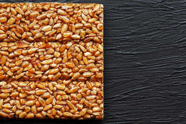 Tuile kozinaki à partir de graines de tournesol. gozinaki de délicieuses friandises orientales à base de graines de tournesol, de graines de sésame et d'arachides, recouvertes de miel avec un glaçage brillant
