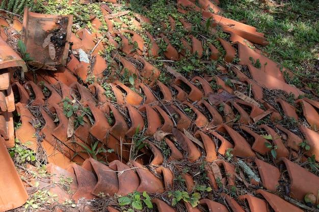Tuiles d'argile entassées dans un coin abandonné