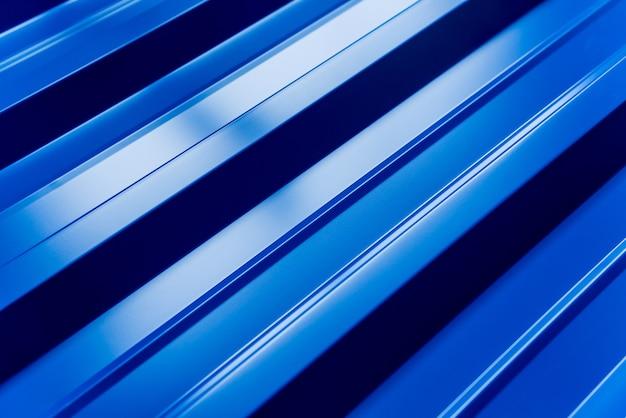 Tuiles métalliques bleues avec des gouttes d'eau