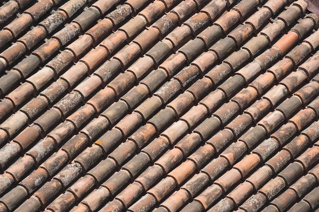 Tuiles en terre cuite formant un motif en diagonale