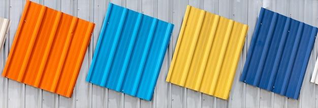 Tuiles de toit en couleurs orange, bleu, jaune, cyan et blanc