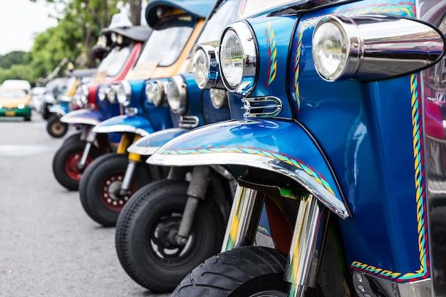 Tuk tuk parking est une rangée dans la rue en attendant le touriste