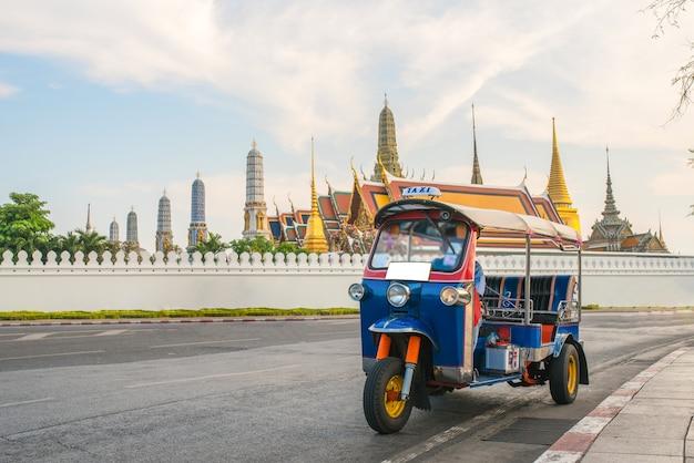 Tuk-tuk pour les voitures particulières pour faire du tourisme autour du grand palais de bangkok.