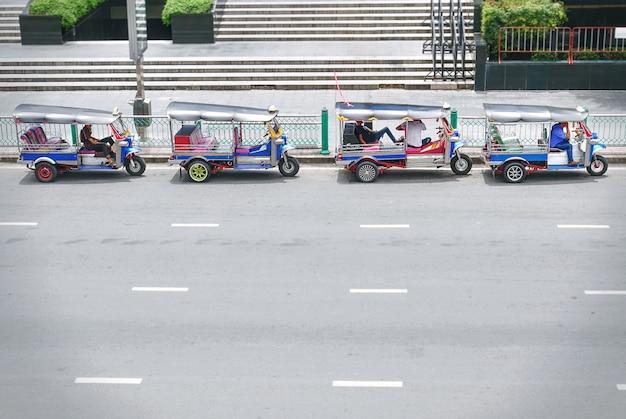 Tuk tuk taxi à bangkok en thaïlande en attendant les passagers