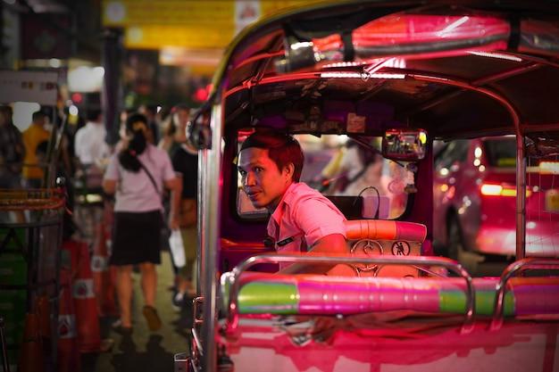 Tuk tuk taxie attendent les touristes