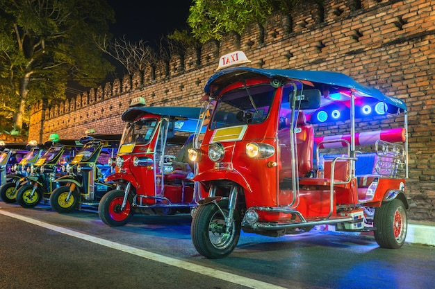 Tuk tuk thaïlande. taxi traditionnel thaïlandais en thaïlande.