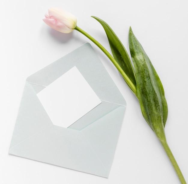 Tulipe à côté de la carte de mariage