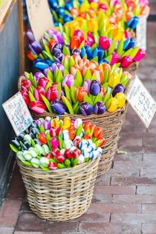 Tulipes en bois à vendre sur un marché d'amsterdam