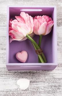 Tulipes en boîte violette et coeurs