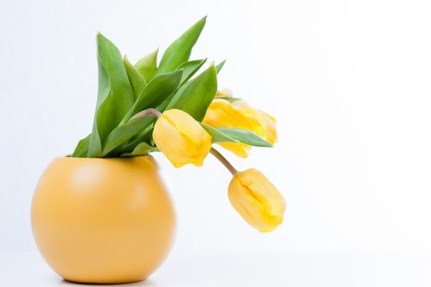 Tulipes bouquet coloré dans un vase jaune