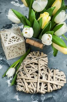 Tulipes, cabane à oiseaux et un paquet cadeau