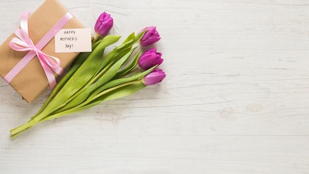 Tulipes avec cadeau et inscription fête des mères heureux