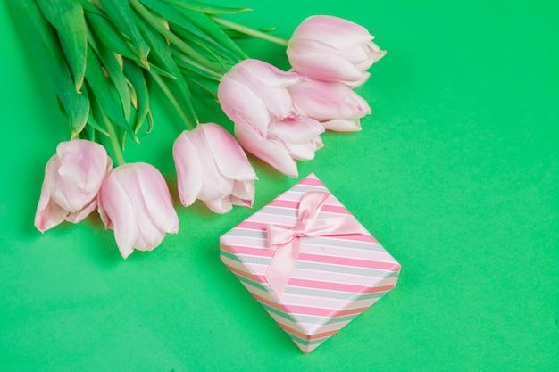 Tulipes et coffret cadeau sur gre