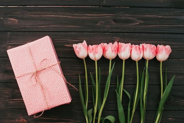 Tulipes avec coffret cadeau sur table en bois