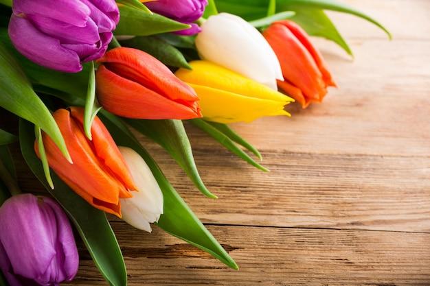 Tulipes colorées sur fond en bois ancien