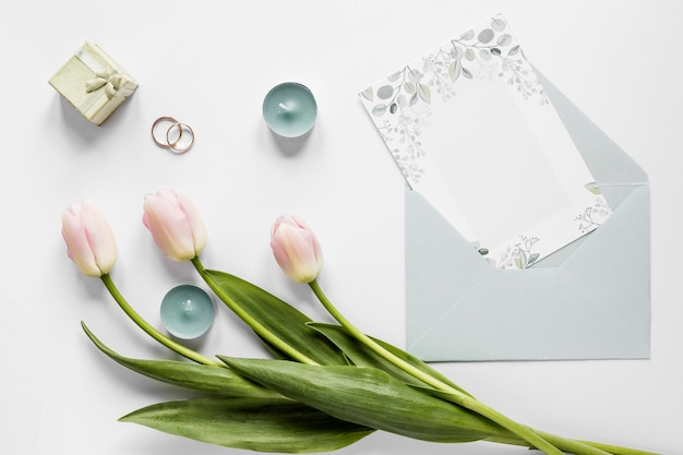 Tulipes à côté de l'invitation de mariage