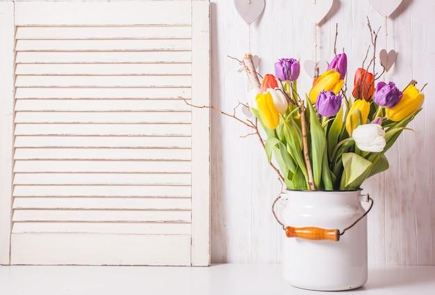 Tulipes de couleur dans la canne
