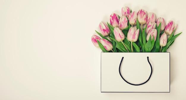 Tulipes dans un sac à provisions