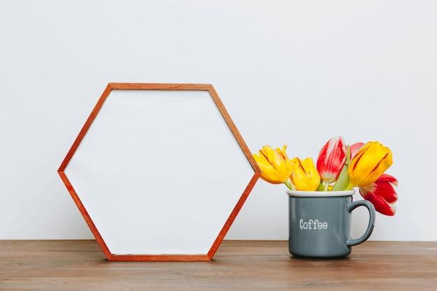 Tulipes dans la tasse près de l'armature d'hexagone