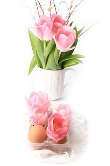 Tulipes de décoration de pâques de printemps dans les enfers d'oeufs sur une dentelle délicate de fond blanc