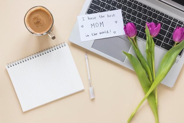 Tulipes avec j'ai la meilleure inscription de maman au monde sur la table
