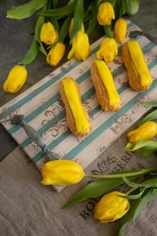 Tulipes jaunes et éclair sur plateau en bois vintage