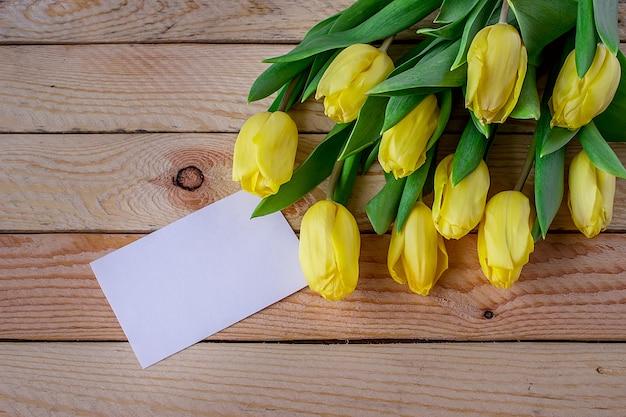 Tulipes jaunes fraîches avec espace copie