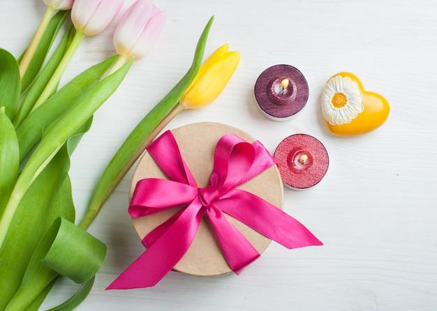 Tulipes jaunes roses rouges et boîte cadeau avec ruban rouge