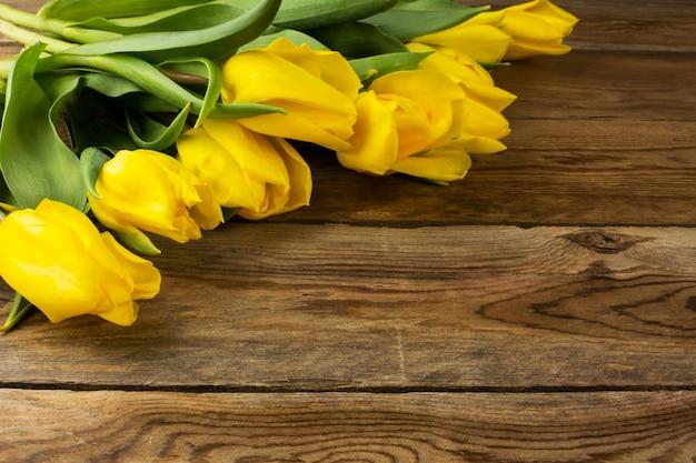 Tulipes jaunes sur une surface en bois