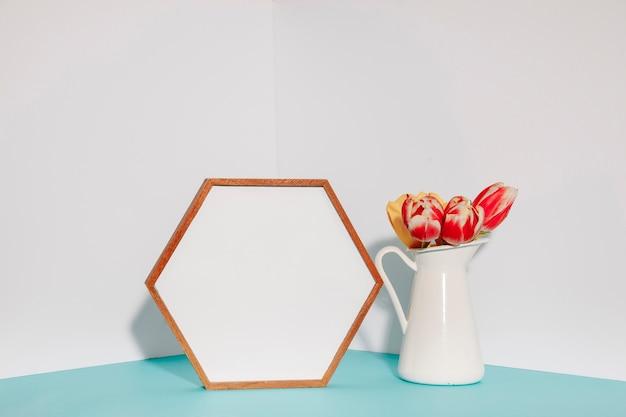 Tulipes lumineuses près de l'armature hexagonale