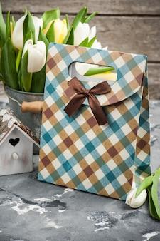 Tulipes avec maison d'oiseau et un paquet cadeau