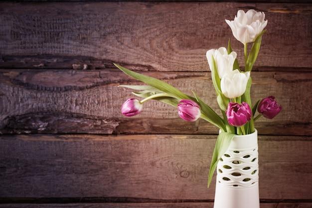 Tulipes sur mur en bois