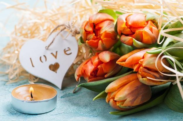 Tulipes orange avec coeur en bois