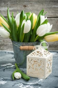 Tulipes et un paquet cadeau